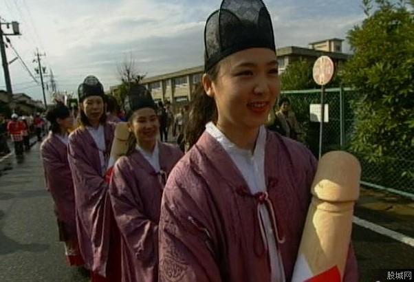 日本女人开心抱着假阳具
