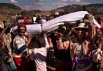 """马达加斯加""""翻尸节"""":与亲人遗体共舞"""