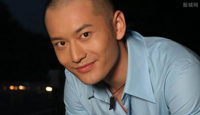 黄晓明自身油脂分泌比较多,且经常为了拍摄电视剧而戴假发导致头发