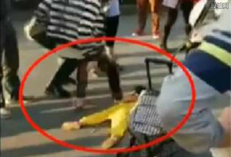 幼女扩肛视频_专题 热点 正文  近日,一位母亲街头踩踏趴地幼女的视频被广泛传播.