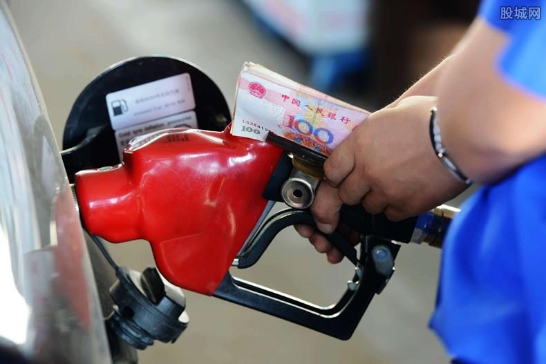 油价年内最大降幅 车主:加油省了不少钱