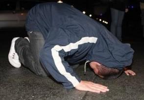 美国华人哭诉疫情失控机场下跪求饶场面太凄凉