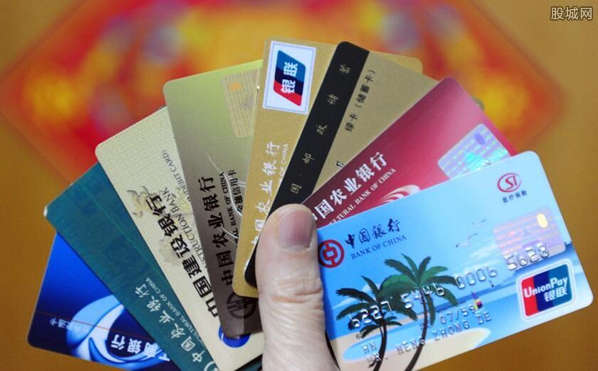 信用卡逾期找谁协商管用 会被列入黑名单吗?