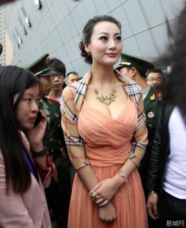 李和王能组个啥名_王李丹妮现身九江车展 屌丝们你顶住了没?